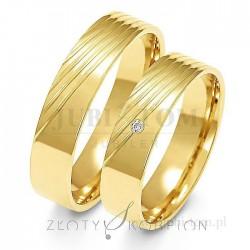 Obrączki z żółtego złota z kamieniem - złoty skorpion